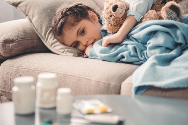 O uso de medicamentos sem a prescrição médica pode agravar o quadro clínico de uma criança.