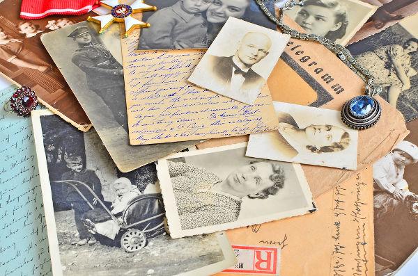Objetos pessoais, como documentos, cartas e fotos, são fontes históricas utilizadas no trabalho do historiador.