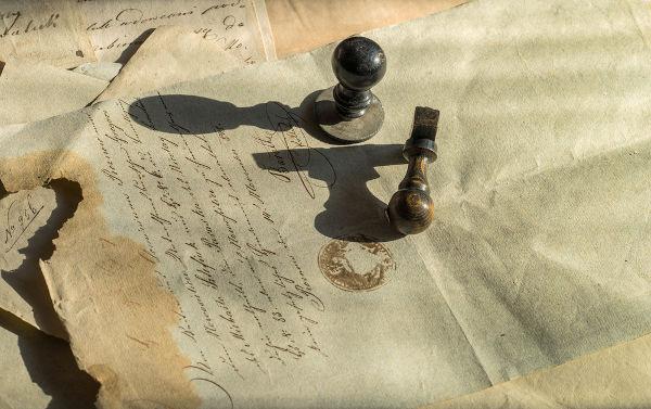 As fontes históricas são itens feitos pelos humanos no passado, ou vestígios desses itens, tendo função crucial no trabalho do historiador.