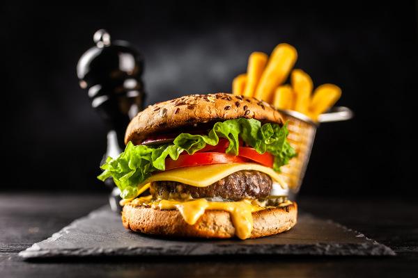 Hambúrguer, batata frita e pizzas são exemplos de alimentos calóricos.