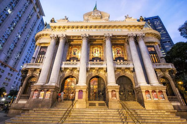 O Theatro Municipal do Rio de Janeiro foi um dos lugares construídos durante a reforma da cidade na gestão Pereira Passos.