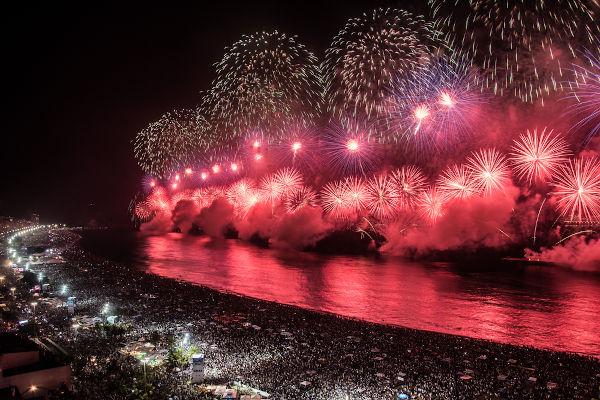 O show de fogos de artifício é uma das tradições mais comuns das festas de Ano-Novo.