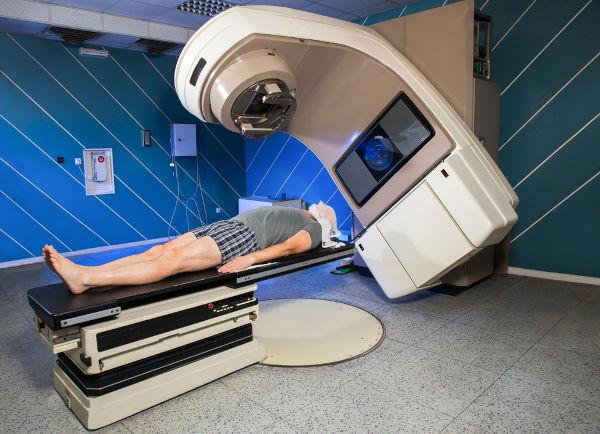 A radioterapia envolve a emissão de radiação ionizante para tratar lesões relacionadas ao câncer.