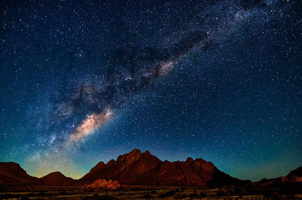 A Via-Láctea tem entre 200 e 400 bilhões de estrelas. Em quantas delas existe vida inteligente?