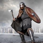 Homem representando a forma viking de se vestir para batalha