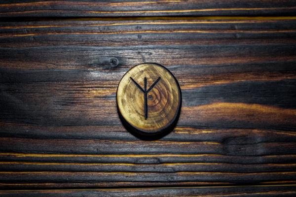 O símbolo rúnico passou a ser visto por muitos supremacistas como um símbolo de pureza racial.