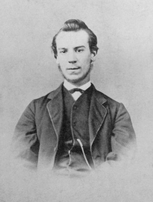 """Graham Bell conseguiu patentear o telefone, podendo, então, usufruir do título de """"inventor do telefone""""."""