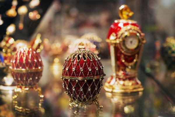 Os ovos de Fabergé se tornaram uma tradição bastante luxuosa entre os reis russos da dinastia Romanov. [1]