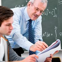 Professor ajudando aluno na atividade