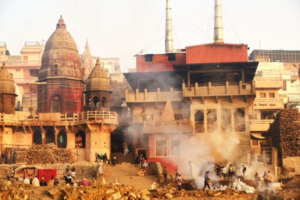 Ritual de cremação às margens do Ganges, em Varanasi, Índia. [2]