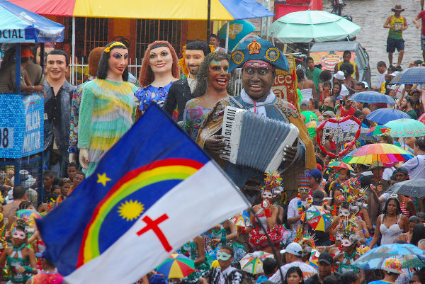 Foliões no Carnaval de Olinda, Pernambuco.[3]