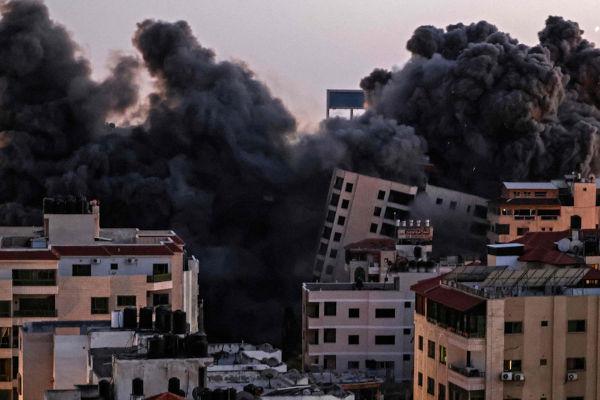Incêndio em Cidade de Gaza depois de um bombardeio israelense.[2]