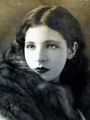 Pagu foi um dos grandes nomes do movimento modernista e produziu ilustrações, charges, poemas e romances ao longo de sua vida.[2]
