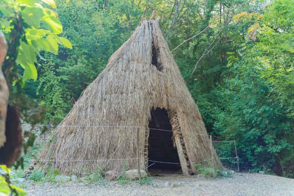 Os hominídeos começaram a se fixar em único lugar para morar durante o Período Mesolítico e iniciaram a construção das primeiras casas.