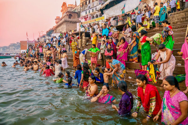 Hindus em ritual sagrado às margens do Ganges, em Varanasi, Índia. [1]