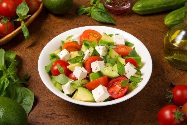 Salada de pepino, abacate, tomate-cereja e queijo é uma opção para variar o cardápio.
