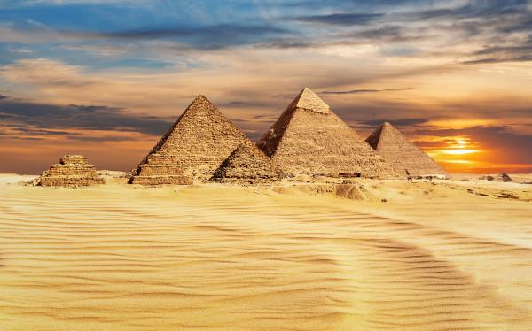 Foto de três pirâmides do Egito.