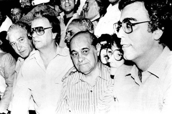 Itamar Franco (primeiro de óculos, da esquerda para a direita) foi presidente do Brasil entre 1992 e 1995.[1]