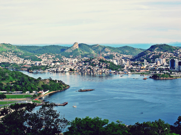 Imagem aérea da orla da ilha de Vitória, no Espírito Santo.