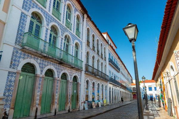 Antiga fachada de prédio com janelas, portas e azulejos do período colonial brasileiro, em São Luís, Maranhão