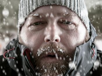 homem congelando de frio
