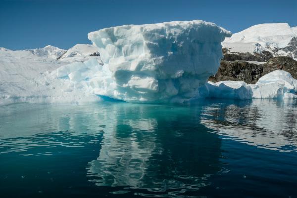 Imagem de um iceberg no Oceano Glacial Antártico.