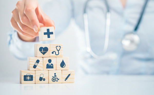 Bloquinhos de madeira com ícones relativos à saúde.