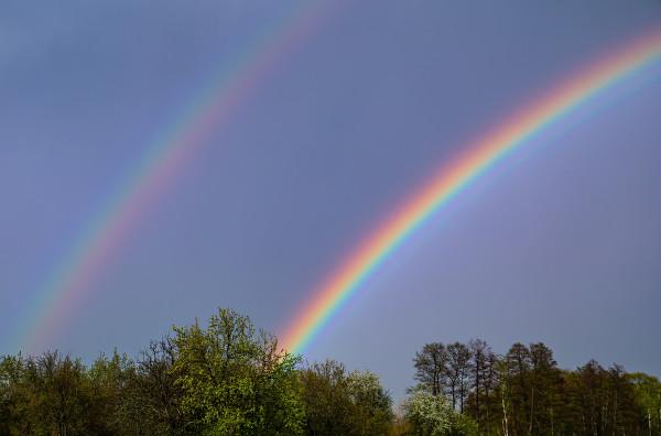 Arco-íris duplo sendo formado pela segunda reflexão das gotículas de chuva.