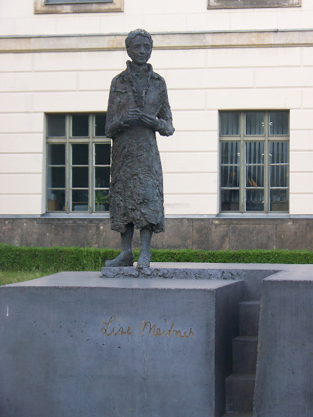 Estátua de Lise Meitner, na Universidade de Humboldt, Berlim, Alemanha.
