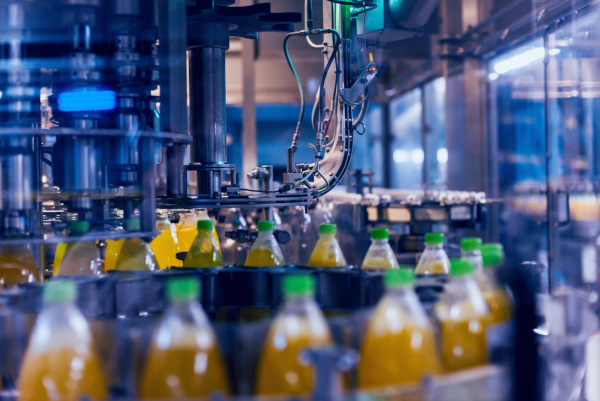 Foto de uma fábrica de bebidas na sua linha de produção.