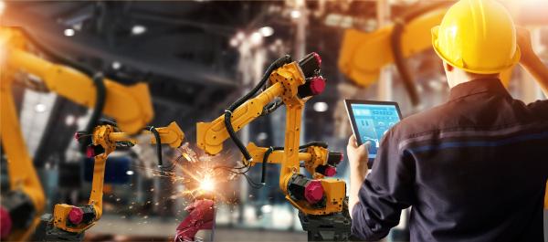A indústria produz matérias-primas intermediárias, maquinários e bens destinados a um consumidor final.