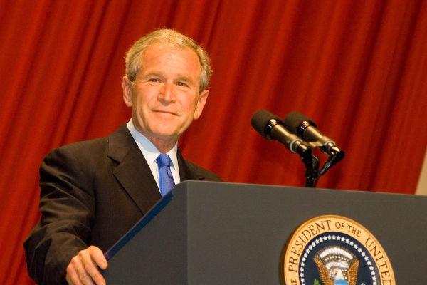 Ex-presidente George W. Bush em púlpito presidencial
