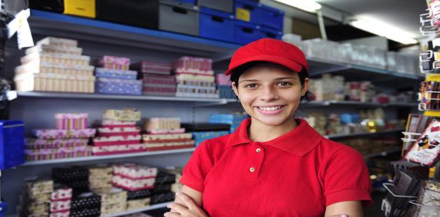 Moça com uniforme de trabalho
