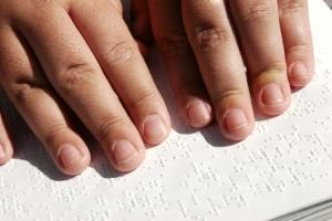 Graças ao tato, deficientes visuais podem ler com destreza.