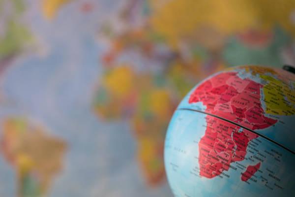 África é o continente localizado ao sul da Europa e sudoeste da Ásia, banhado pelo Oceano Atlântico.