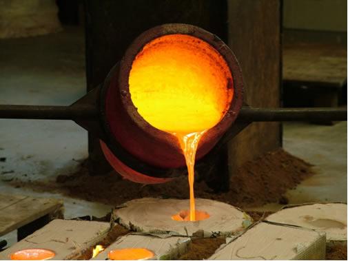 Na produção de ligas metálicas, os metais e outros elementos passam por tratamentos térmicos que alteram suas propriedades