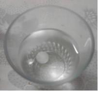 A bolinha de naftalina afunda na água, pois é mais densa que ela