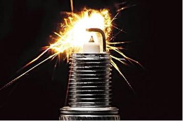 Faísca produzida pela vela de ignição no terceiro tempo
