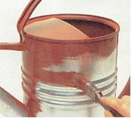 Aplicação de zarcão em uma peça de ferro.