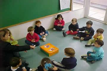56aa2c9eb8d Concentração das crianças no momento da roda de conversa sobre a caixa de  atividades