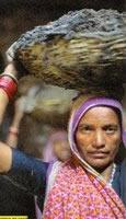 Mulheres retiram fezes das fossas na Índia