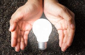 Mãos e lâmpada