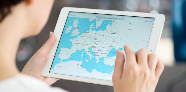 Mulher usando google maps em tablet