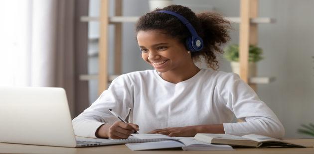 Estudante assiste videoaula com notebook