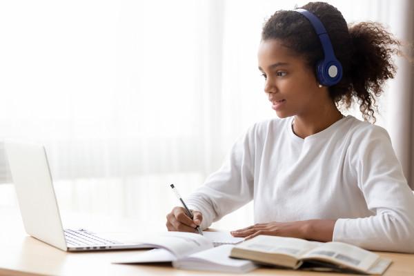As crianças e adolescentes conseguem ser responsáveis pelos seus afazeres escolares, por isso é importante deixá-los nas mãos deles.