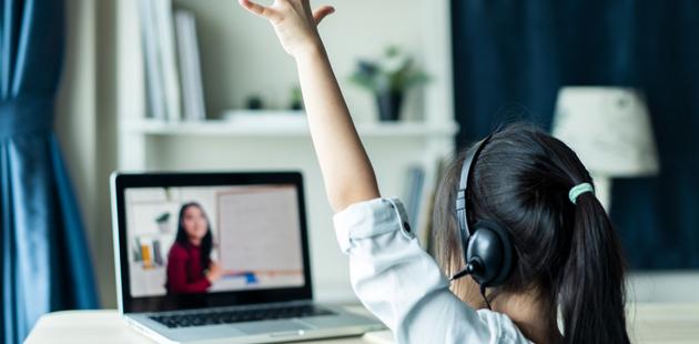Criança assistindo videoaula