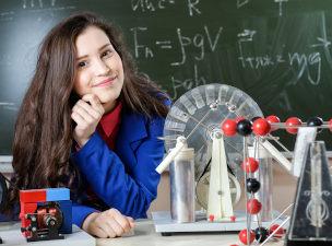 Criança em laboratório de física