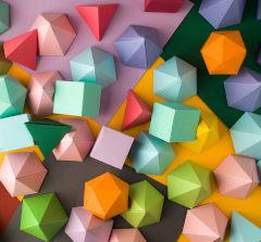Sólidos geométricos coloridos de papel