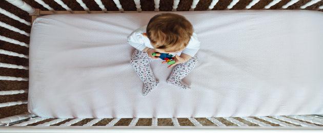 Criança sentada em berço