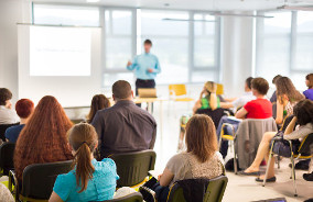 Professor fala em sala de aula